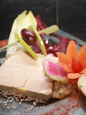 Salade de foie gras, magret fumé, jambon cru, framboise et tartare de pommes châtaignes