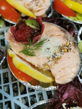 Médaillon de saumon et langoustine safranée, éclats de goyave